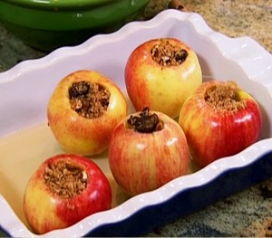 5 baked apples in a baking dish