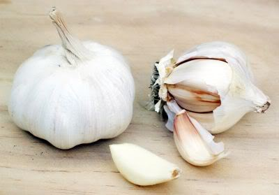 cracking garlic by removing the cloves from the basal plate