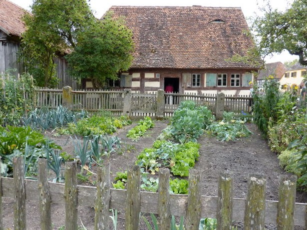 self sufficient living and small scale farming is it possible?growing vegetables to be self sufficient